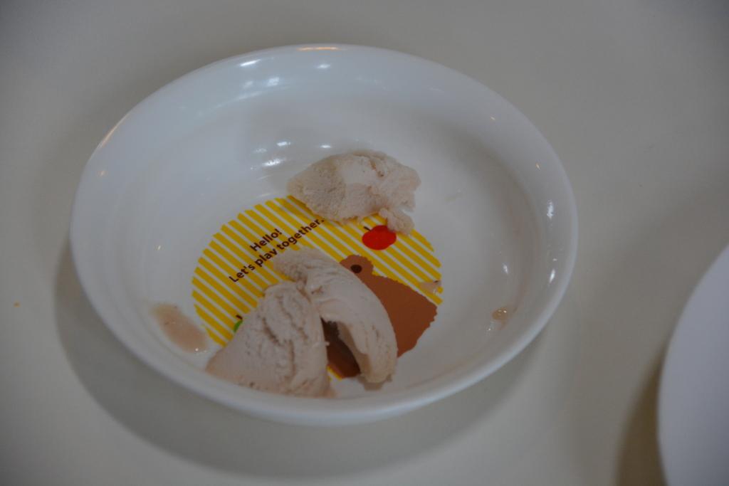 初めてのアイスを食べるAL1